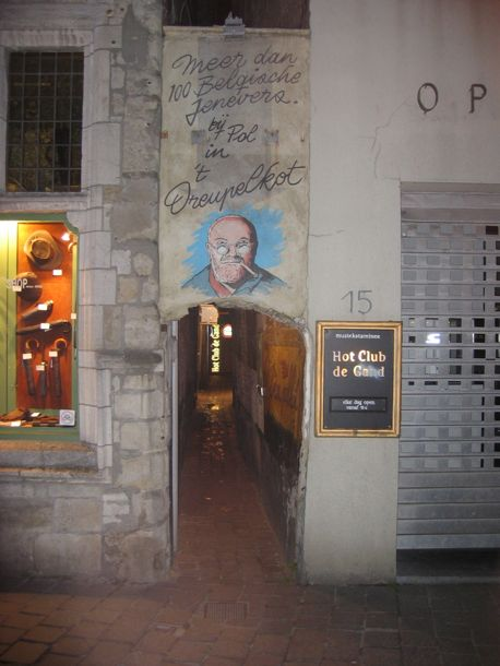 photo of the entrance to the alley leading to the Hot Club du Gand and the Dreupelkot gin bar
